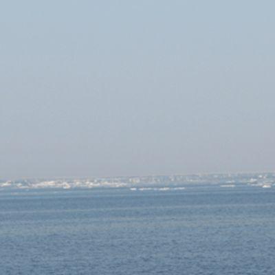 Kuvassa jäälauttoja merellä.