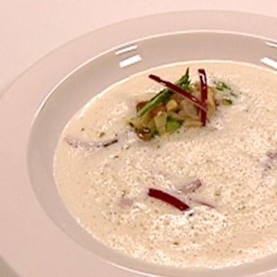 Voita ja sokeria ohjelmassa valmistettua parsakeittoa lautasella.