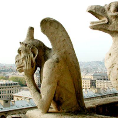 Alakuloinen gargoili katsoo katedraalin katolta yli Eurooppaa.