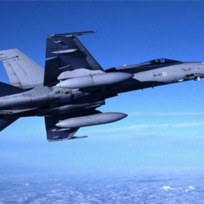 F-18C hornet kaartaa ilmassa.