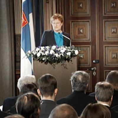 Tarja Halonen puhuu juhlaseminaarissa Säätytalolla.