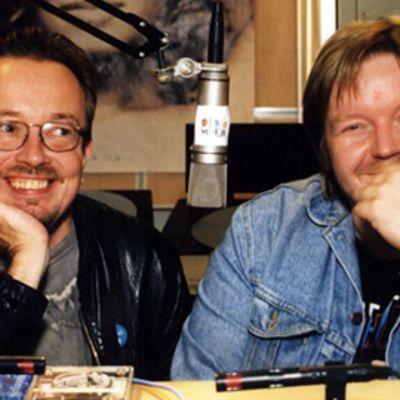 Juha Roiha ja Kai Ulmanen hymyilevät radiostudiossa.