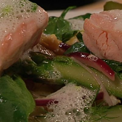 Haudutettua lohta, lämmintä parsa-perunasalaattia ja kevätsipulikastiketta