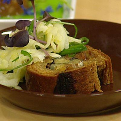 Kalakukkoviipale lautasella. Päällä kasviksia.