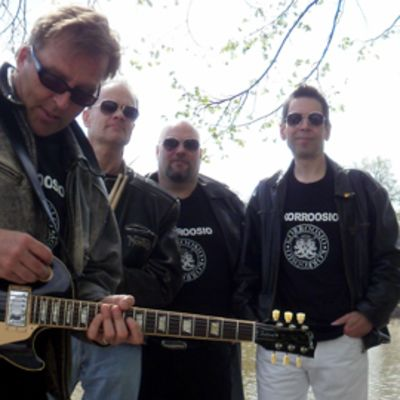 Punk-kitaristi Joel Hallikainen, rumpali Lasse Jalonen, basisti Juha Vuorijärvi ja laulaja Jarmo Hauhtonen