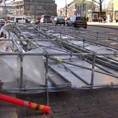 Lauantai 15.5.2010 Sokoksen tavaratalon rakennustelineet sortuivat puuskittaisessa tuulessa maahan.