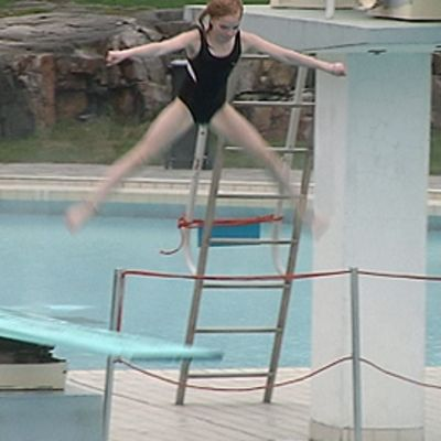 Tyttö hyppää ponnahduslaudalta