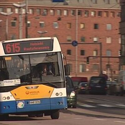 Linja-auto ajaa Helsingin Hakaniemessä.