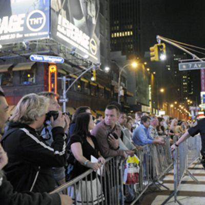 Ihmiset katsovat mellakka-aitojen takaa poliisien eristämää aluetta Times Squre -aukiolla New Yorkissa