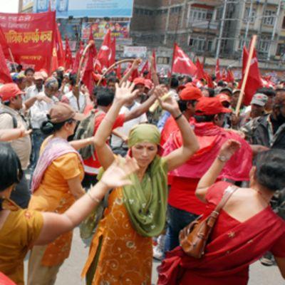 Maokapinalliset tanssivat mielenosoituksessa Katmandussa.