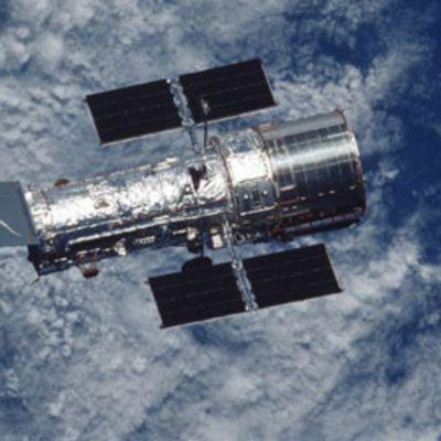 Nasan Hubble-teleskooppi avaruudessa Maata vasten.