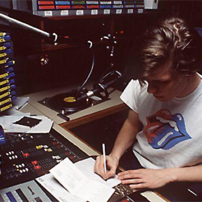 Radio Cityn toimittaja työssä studiossa