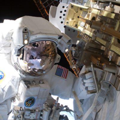 Astronautti avaruuskävelyllä avaruusaseman ulkopuolella.