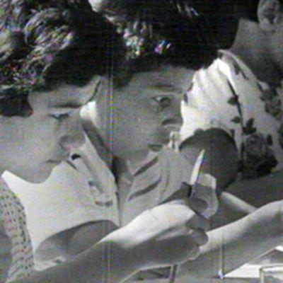 Romanilapset kuorivat perunoita ruokapöydän ääressä Martinkylä-lastenkodissa Sipoossa vuonna 1963.