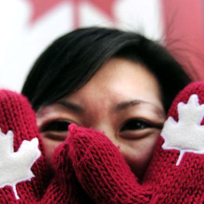 Kanadalainen nainen esittelee vaahteranlippulapasiaan.