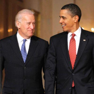 Joseph Biden ja Barack Obama hymyilevät