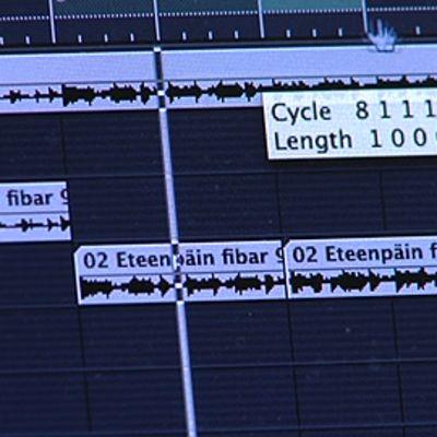 Musiikin editointiohjelman käyttöliittymä tietokoneen näytöllä. Ääniraitoja.