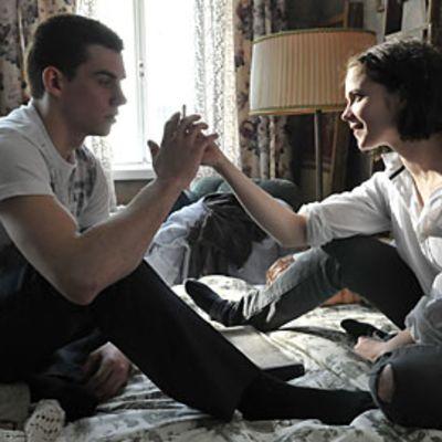 Pihla Viitala ja Lauri Tilkanen esittävät sisaruksia elokuvassa Paha perhe.