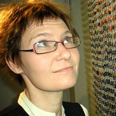 Kati Kivimäki napeista kootun taideteoksen äärellä