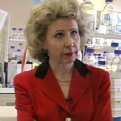 Leena Palotie kertoo työstään laboratoriossa vuonna 1998.