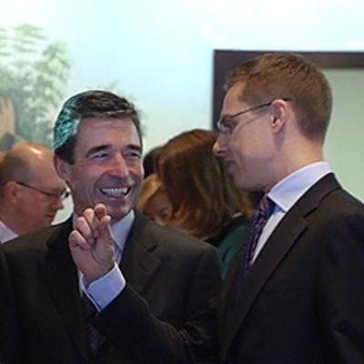 Ruotsin ulkoministeri Carl Bildt, Naton pääsihteeri Anders Fogh Rasmussen ja Suomen ulkoministeri Alexander Stubb keskustelevat keskenään Naton kokouksessa Helsingissä.