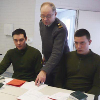 Kaksi varusmiestä ja sotilaspastori