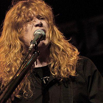 Megadeth-yhtyeen laulusolisti Dave Mustaine esiintyy lavalla. Laulaa mikrofoniin.