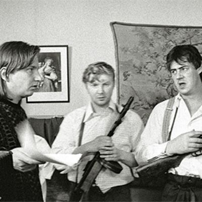 Auki Kaurismäki ohjaa näyttelijöitä Pirkka-Pekka Peteliusta ja Aake Kallialaa Likaiset kädet -tv-elokuvan kuvauksissa.