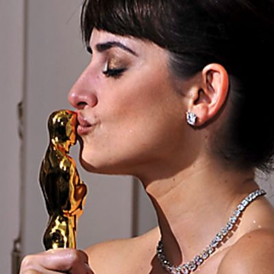 Penelope Cruz suutelee Oscar-patsastaan.