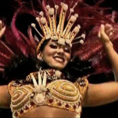 Nainen tanssii Rion sambakarnevaaleissa.