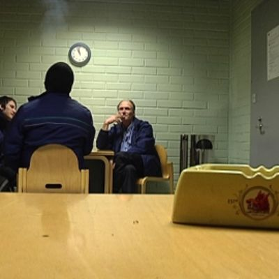 Ratikkakuskit Hakaniemen tupakkahuoneessa