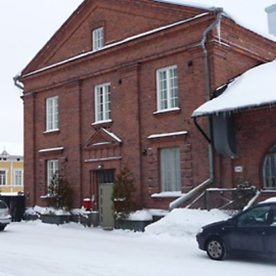 Kuvassa vanha Tullipakkahuone, jossa kiistellyt tilat sijaitsevat.