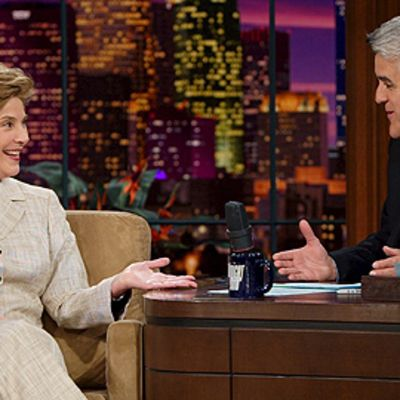 Yhdysvaltain presidentin George Bushin vaimo Laura Bush Jay Lenon vieraana Tonight Shows'sa vuonna 2005.