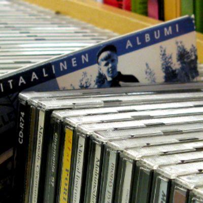 CD-levyjä hyllyssä.