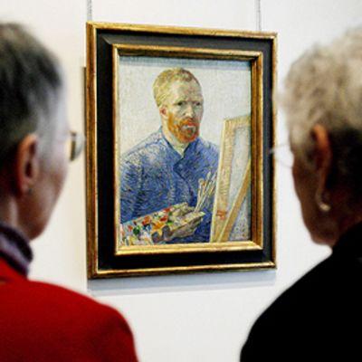 Kaksi naista katsoo Vincent van Goghin omakuvaa Neue Galerie -museossa New Yorkissa.