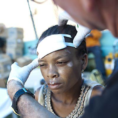 Haitilaisnainen sai hoitoa vammoihinsa Port-au-Princen jalkapallostadionilla