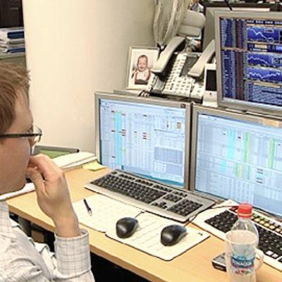 Pörssimeklari katselee tietokoneruutuja
