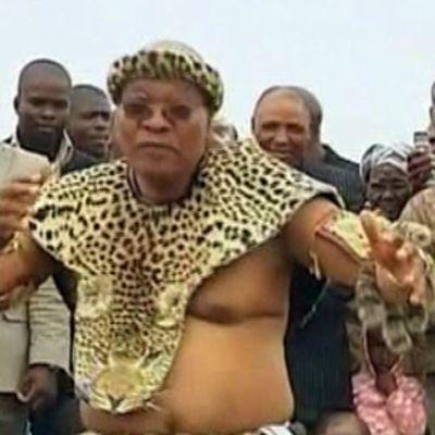 Etelä-Afrikan presidentti tanssii Jacob Zuma leopardinnahkoihin pukeutuneena vihkiseremoniassaan.