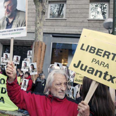 Espanjalaisia mielenosoittajia Tanskan suurlähetystön edessä Madridissa.