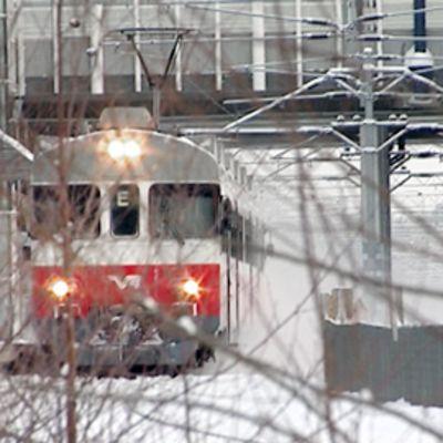 Paikallisjuna ajaa Leppävaaran aseman ohitse.