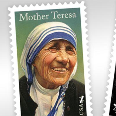 Yhdysvalloissa julkistetut postimerkit Äiti Teresasta ja Katharine Hepburnista.