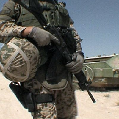 Sotilas kantaa rynnäkkökivääriä.