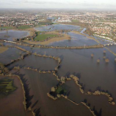 Ilmakuva tulvan valtaamasta alueesta Worcesterissa marraskuussa 2009