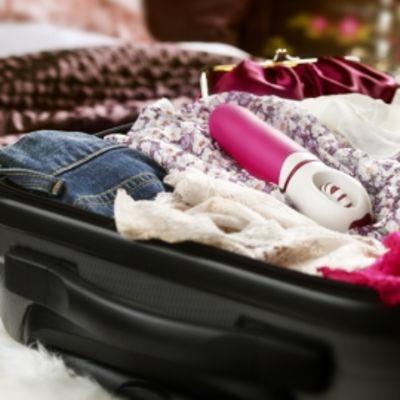 Seksivälineitä matkalaukussa.