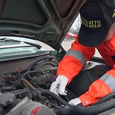 Autoliiton Tiepalvelun mies korjaa autoa