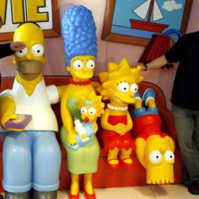 Simpsonien luoja Matt Groening ja tuottaja Al Jean yhdessä sarjan päähahmojen kanssa.