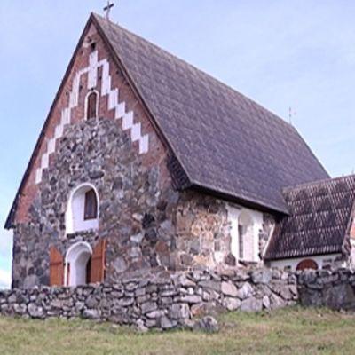 Tyrvään Pyhän Olavin kirkko ulkoa.