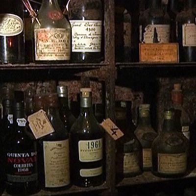 Polyyntyneitä viinipulloja hämärässä kellarissa. La Tour d'Argentin viinivarasto, josta huutokauppattiin tuhansia pulloja harvinaisia viinejä ja muita alkoholijuomia.