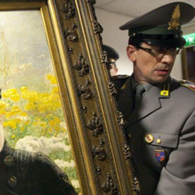 """Poliisi kantaa maalausta nimeltään """"Potrait of a Lady"""" jonka on maalannut italialainen Giuseppe De Nittis."""