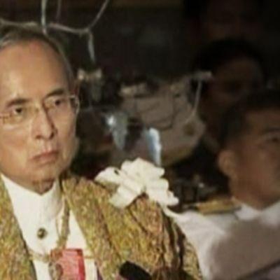 82 vuotta täyttävä thaimaan kuningas Bhumibol Adulyadej näyttäytyi kansalaisten iloksi julkisesti syntymäpäivänään lauantaina.